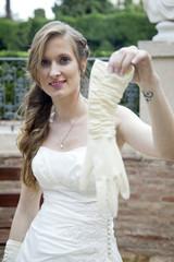 Novia sujetando guante blanco