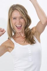 Junge blonde Frau vor weissem Hintergrund, ekstatisch