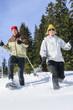 junges Paar beim Schneeschuh-Ausflug