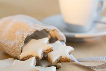 Zimtsterne mit einer Tasse Espresso im Hintergrund