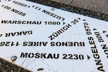 Schild mit Stadtentfernungen auf Rigi-Kulm, Schweiz