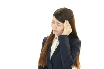 頭痛に悩む女性