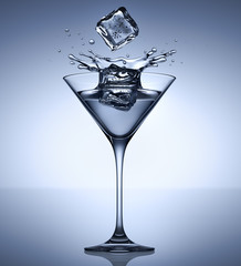 Martiniglas mit 2 Eiswürfeln