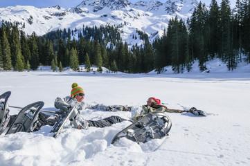 Paar liegt im weichen Schnee