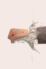 Schlag ins Wasser: Geschäftsmann schlägt Faust ins Wasser