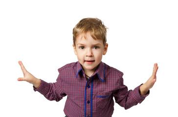 взъерошенный мальчишка, 5 лет, с раставленными в стороны руками
