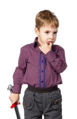 мальчишка, 5 лет, задумался, с игрушечным мечем в руках