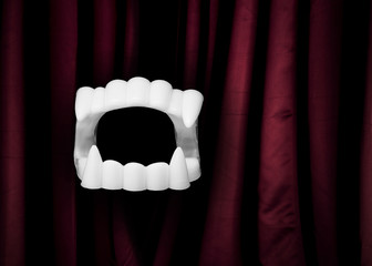 Dracula Gebiss mit rotem Vorhang