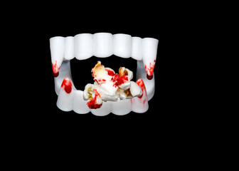 Blutiges Dracula Gebiss mit Popcorn