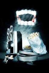 Dracula Zähne mit Projektor & Popcorn