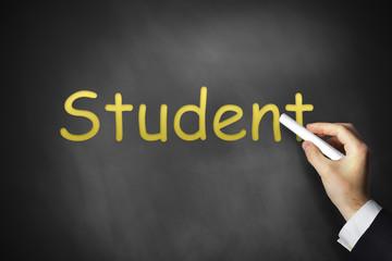 hand schreibt Student auf schwarze Tafel