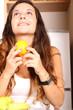 Junge Frau mit Obst