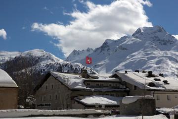 Hotel in verschneiten Schweizer Bergen