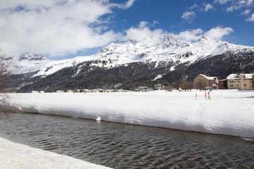 Fluß in verschneiter Schweizer Bergwelt