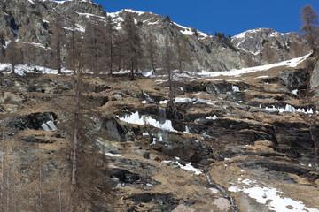 Wasserfall in verschneiter Felslandschaft