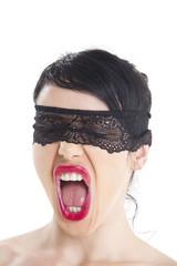 Frau mit einer Augenbinde