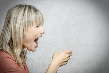 Blonde Frau schreit