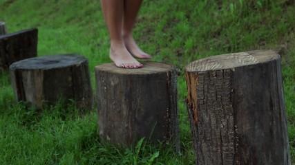 jump barefoot on the trunk, saltare a piedi nudi sui tronchi