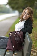Freundliche Frau auf Parkbank