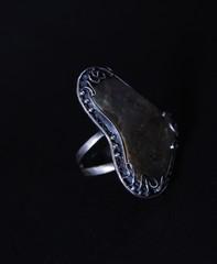 Anello in filigrana d'argento con pietre rare