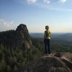 Молодая девушка на прогулке в горах