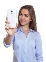 Frau mit langen braunen Haaren macht Foto mit Handy