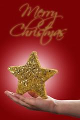 Fondo de Navidad con estrella de decoración en una mano