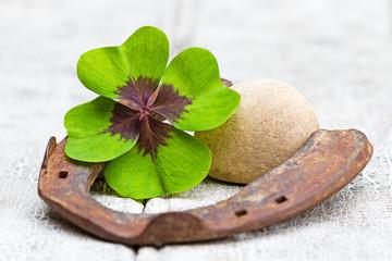 Glücksbringer und Stein auf Holz, Textfreiraum