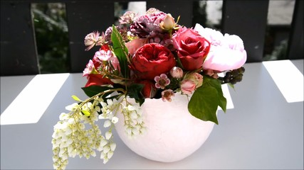 Papiervase mit Rosen
