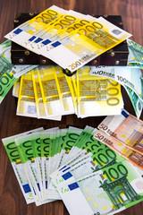 Geldscheine in Holztruhe