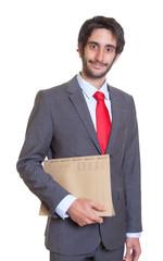Freundlicher Geschäftsmann mit Bart und Akte