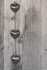 Trois coeurs en métal suspendus