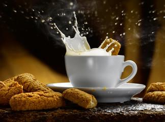 latte biscotti caldo fumante