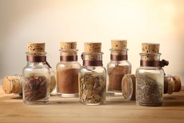 spezie in vasetti peperoncino origano pepe