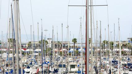 Yates y veleros en el puerto olímpico de Barcelona