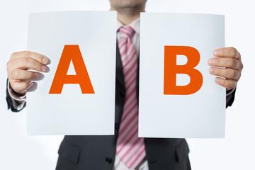 Uomo in ufficio con soluzione A e B