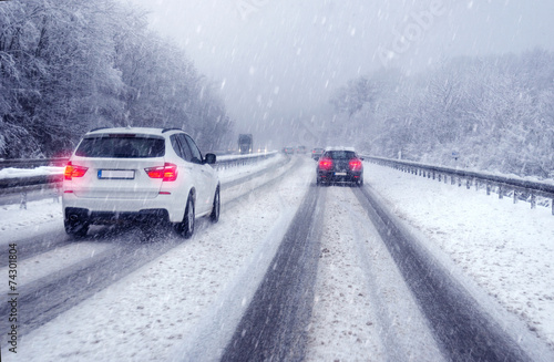 Leinwanddruck Bild Sicher fahren im Winter bei verschneiter Fahrbahn