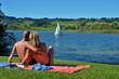 canvas print picture - Paar am See im Sommerurlaub
