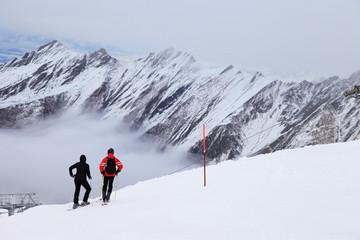 Skifahrer auf einem Hang in den Alpen in Österreich
