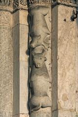 cervo e toro; portale basilica di Sant'Ambrogio, Milano