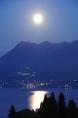 """Mondaufgang über """"Berg Sasso del Ferro"""" am Lago Maggiore"""