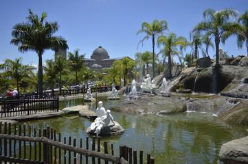 Jardim com a Basílica de Aparecida ao fundo.