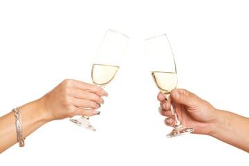 Hände mit 2 Gläsern Sekt