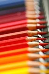 rote und gelbe Buntstifte
