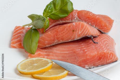 Papiers peints Poisson Tranches de filets de saumon dans une assiette blanche