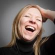 Herzhaft lachende Frau