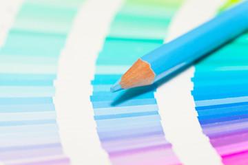 crayons de couleur  bleue sur un nuancier de bleu