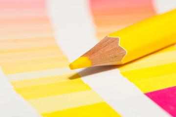 crayon de couleur jaune sur un nuancier de jaunes rouge orange