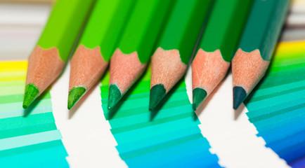 crayons de couleur verte sur un nuancier de bleu et vert