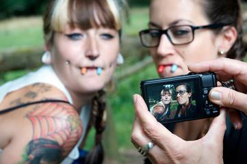 lustige Portaitfotos von zwei jungen Frauen
